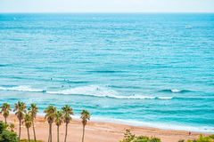 Ареальная съемка красивого пляжа песка острова Jeju с сериями восторженного swimm серферов Стоковые Фотографии RF