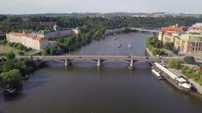 Ареальное река Влтавы и старый взгляд городка в чехии Праги акции видеоматериалы
