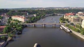 Ареальное река Влтавы и старый взгляд городка в чехии Праги сток-видео