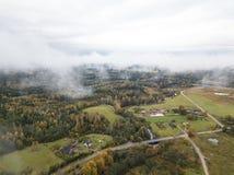 Ареальное фото литовской стороны страны на туманный день стоковые фото