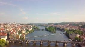 Ареальный взгляд на речном береге Карлова моста и Влтавы в Праге видеоматериал