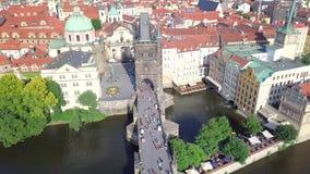 Ареальный взгляд Праги от Карлова моста к старому городку акции видеоматериалы