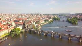 Ареальный городской пейзаж Праги старого реки городка, Влтавы и иконического Карлова моста акции видеоматериалы