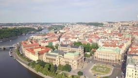 Ареальный городской пейзаж Праги старого реки городка и Влтавы видеоматериал