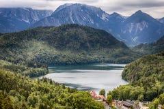 Ареальный взгляд шикарного озера Alpsee в Hohenschwangau около Neusch Стоковая Фотография