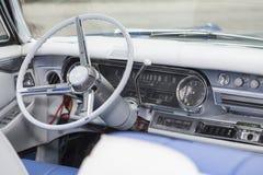 Арена американского автомобиля ветерана с рулевым колесом и рубашкой цвета слоновой кости шестерни стоковые изображения rf