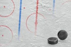 Арена хоккея с маркировками и 2 шайбами Стоковое Изображение