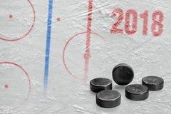 Арена хоккея с маркировками и шайбами Стоковое Изображение