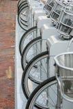Арендные велосипеды в ряд стоковая фотография