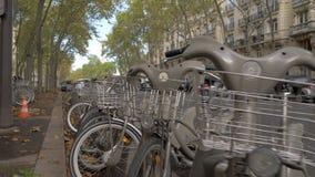 Арендные велосипеды в улице Парижа, Франции акции видеоматериалы