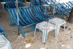 Арендные голубые стулья холста пляжа и белая таблица под красочным u стоковое фото rf