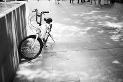 Арендный велосипед покинутый на проселочной дороге Стоковая Фотография RF