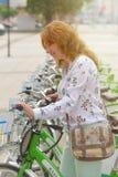 Арендовать велосипед от городского велосипеда деля станцию Стоковые Изображения RF