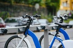 Арендные велосипеды на улице города Стоковое фото RF