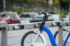 Арендные велосипеды на улице города Стоковые Фотографии RF