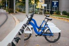 Арендные велосипеды на улице города Стоковые Изображения RF