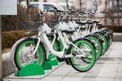 Арендные велосипеды на улице города Стоковое Изображение RF
