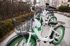 Арендные велосипеды на улице города Стоковое Изображение
