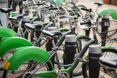 Арендные велосипеды на улице города Стоковая Фотография RF