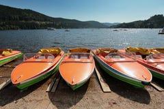 Арендные rowboats на Lakeshore Titisee в черном Forrest Стоковое фото RF