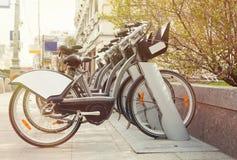 Арендный велосипед выбирает вверх станцию в улице города Стоковые Фото