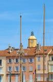 Арендуемые дома и церковь в порте St Tropez стоковая фотография rf