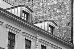 Арендуемый дом с кирпичной стеной в черной & белом стоковое фото rf