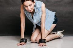 Арест и тюрьма Уголовная девушка пленника женщины в наручниках Стоковые Фотографии RF