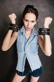 Арест и тюрьма Уголовная девушка пленника женщины в наручниках Стоковое Фото