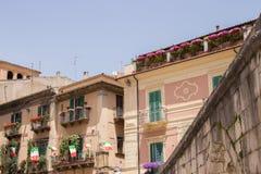 Аркада Джузеппе Гарибальди самый большой квадрат в городе Sulmona, Абруццо стоковые фотографии rf