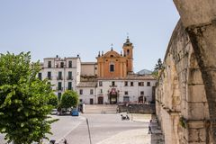Аркада Джузеппе Гарибальди самый большой квадрат в городе Sulmona, Абруццо стоковая фотография rf