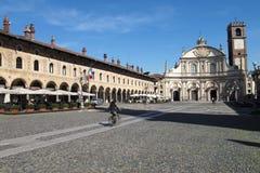 Аркада Дукале и собор Vigevano в Vigevano, Италии стоковые фотографии rf