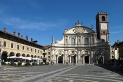 Аркада Дукале и собор Vigevano в Vigevano, Италии стоковые фото