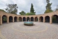 Аркада и фонтан на садах Гамильтона ботанических стоковое изображение rf