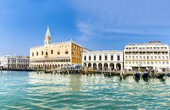 Аркада Сан Marco вида на море с колокольней и дворцом дожа стоковые изображения