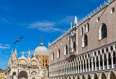 Аркада Сан Marco с колокольней Италия venice Колокольня di Ven стоковое изображение rf