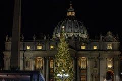 Аркада Сан Pietro, сцена рождества осуществила с песком Jesolo, и рождественской елкой украшенной с цвета золото светами стоковая фотография