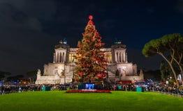 """Аркада Venezia в Риме во время рождества 2018, с новым деревом """"Spelacchio """" стоковая фотография rf"""