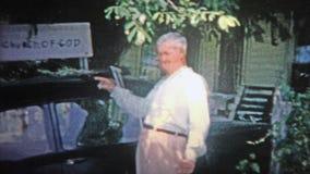 АРКАНЗАС, США - 1966: Церковь знака бога handmade установлена на автомобиле прихожан Стоковая Фотография