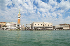 Аркада Сан Marco или взгляд квадрата St Mark от моря, колокольни и Дукале или дворца дожа Стоковая Фотография RF