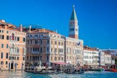 Аркада Сан Marco с гондолами против колокольни в Венеции, Италии Стоковое фото RF