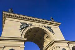 Арка в Мюнхене с предпосылкой голубого неба стоковое изображение rf