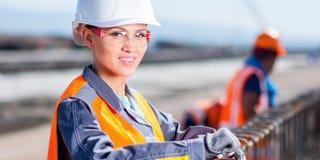 Арматура отладки работника стальная на строительной площадке Стоковые Фото