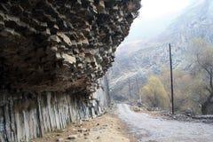 Армения - симфонизм камней, геологохимических столбцов базальта горной породы в ущелье около Garni стоковое изображение