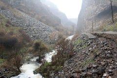 Армения - симфонизм камней, геологохимических столбцов базальта горной породы в ущелье около Garni стоковые изображения