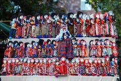 Армянский старый сувенир куклы сделанный от ткани ткани в национальных костюмах продал в рынке Стоковые Изображения RF