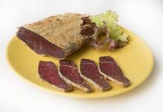 Армянское basturma - отрывистое мясо говядины с специями на плите Стоковая Фотография