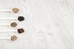 Ароматичная еда варя ингридиенты Черно-белый перец, гвоздичное дерево, смачное, семена фенхеля Взгляд сверху, открытый космос Стоковое фото RF
