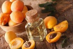 Ароматичное масло абрикоса в конце-вверх стеклянной бутылки горизонтально Стоковое Изображение RF