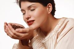 Ароматичные кофейные зерна в руках Стоковые Изображения